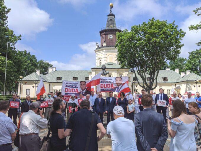 Minister Mariusz Błaszczak w towarzystwie członków i sympatyków PiS w Siedlcach