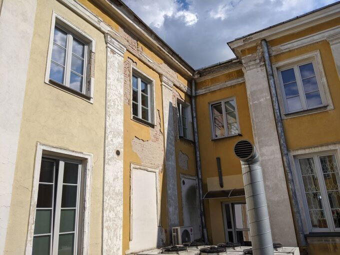 Zacieki na ścianach budynku UM Siedlce