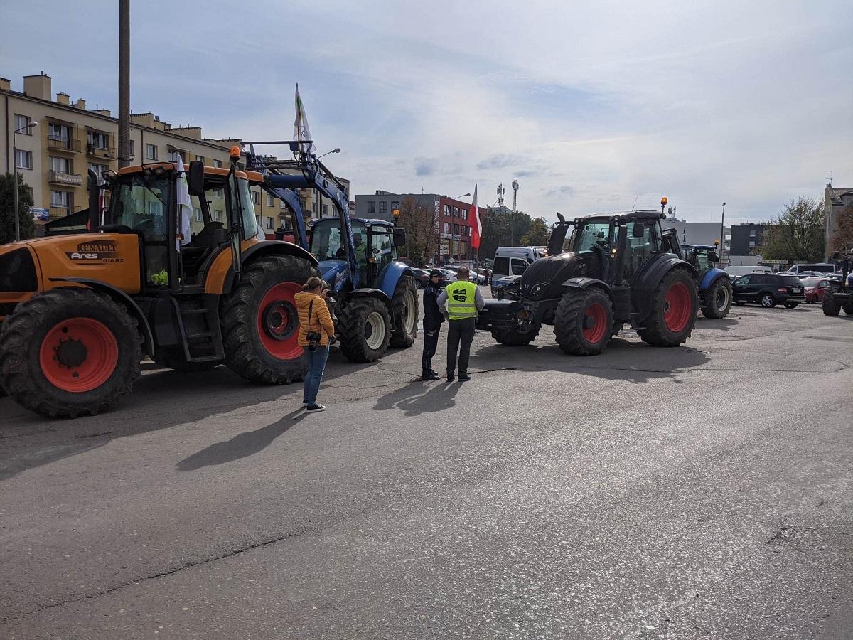 Siedlce, protest rolników przed biurem posła PiS Krzysztofa Tchórzewskiego