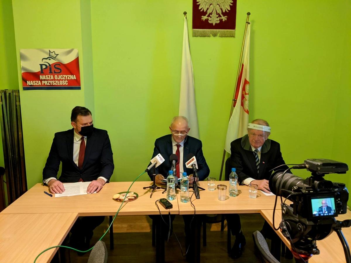 Siedlce 2021 konferencja na temat inwestycji w miescie. Od lewej: randy Maciej Nowak, poseł Krzysztof Tchórzewski, były prezydent Siedlec Wojciech Kudelski