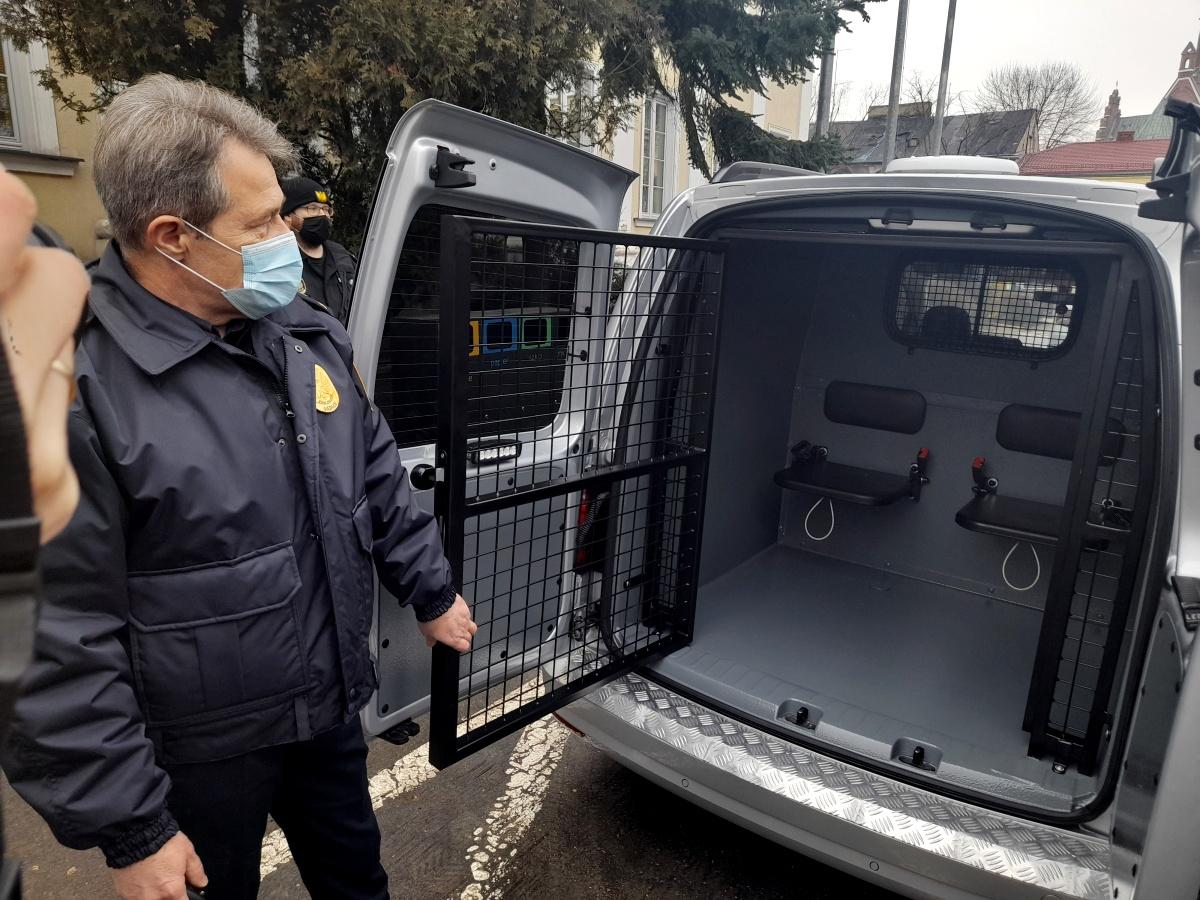 Siedlce 2021. Nowy samochód dla straży miejskiej. Na zdjęciu komendant Sławomir Garucki.